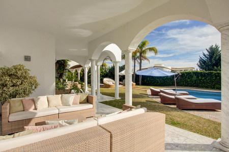 adentro y afuera: Garden terrace of luxury villa