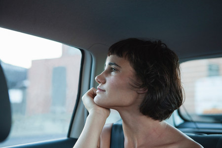 road shoulder: Young woman looking out of car window LANG_EVOIMAGES