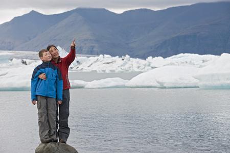 lejos: Madre e hijo en la roca en el lago glacial LANG_EVOIMAGES