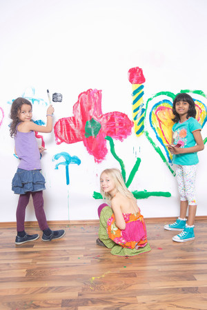 Girls painting wall LANG_EVOIMAGES