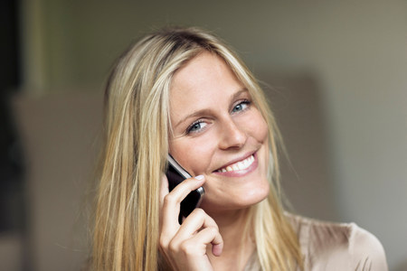 Woman listening to mobile phone LANG_EVOIMAGES