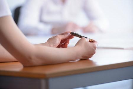 通信: Woman holding pen in business meeting,close up