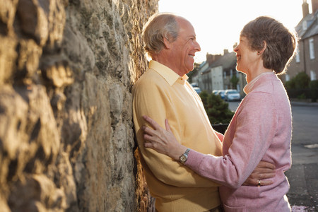 living idyll: Husband and wife laughing on street