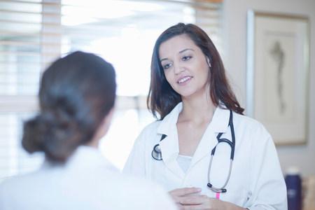 通信: Doctor and nurse chatting LANG_EVOIMAGES