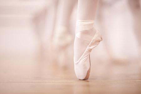 zapatos escolares: Detalle de piernas de bailarinas en estudio de danza