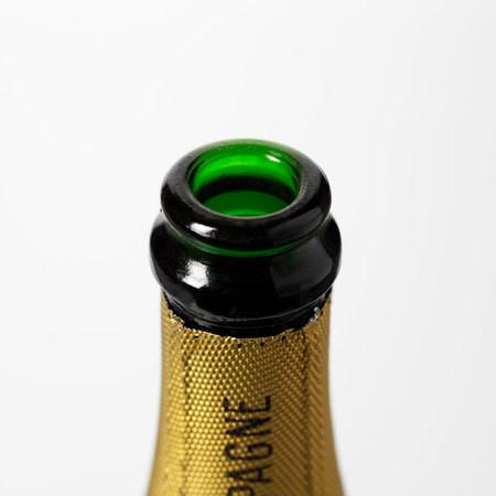 close up food: Opened Champagne bottle LANG_EVOIMAGES
