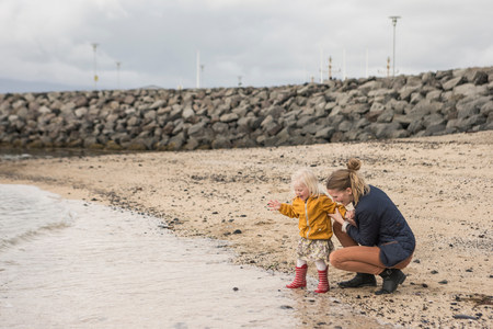 agachado: Madre, niño, crouching, agua, borde LANG_EVOIMAGES