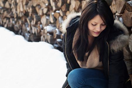commodities: Retrato sincero de mujer joven frente pila de registro LANG_EVOIMAGES