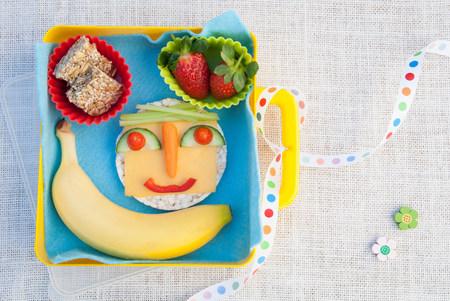 plato del buen comer: Productos alimenticios saludables hechos en cara sonriente