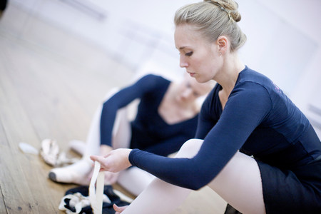 panty hose: Two ballerinas putting on ballet slippers LANG_EVOIMAGES