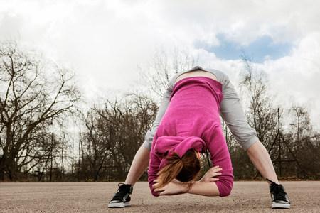 pantalones abajo: Mujer haciendo ejercicio flexión hacia adelante LANG_EVOIMAGES