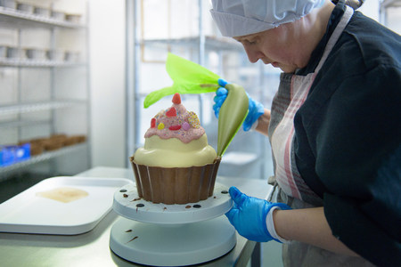 gloved: Chocolatier icing giant size cup cake LANG_EVOIMAGES