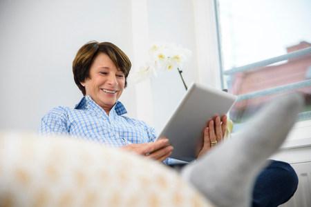 Senior woman using digital tablet LANG_EVOIMAGES