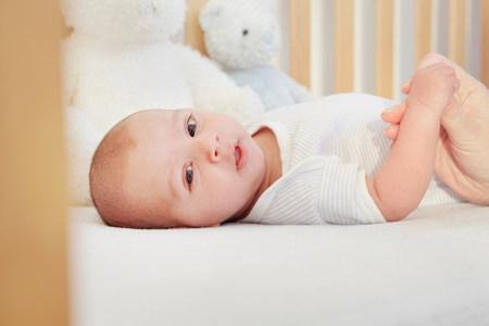 Niños Acostados Con Bebé En La Cama Fotos, Retratos, Imágenes Y ...