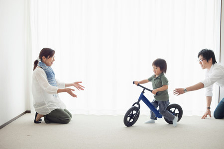 25 29 years: Parents with son learning to ride bicycle