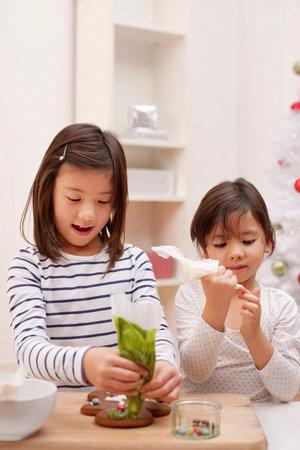 decorating: Children decorating gingerbread man LANG_EVOIMAGES