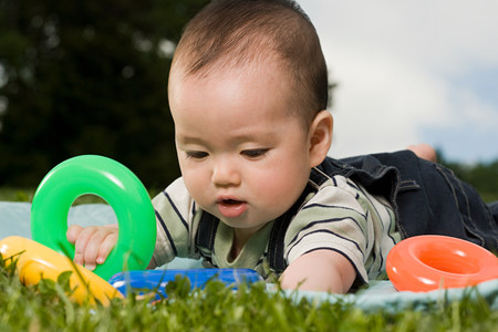 6 12 months: Baby playing with plastic rings LANG_EVOIMAGES