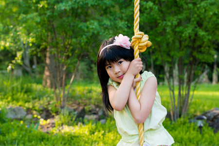 Girl on rope swing LANG_EVOIMAGES