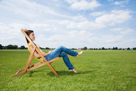 18 year old: Young woman in deckchair LANG_EVOIMAGES