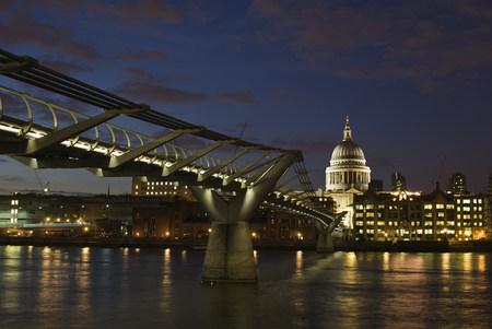 Millennium bridge and st pauls cathedral london LANG_EVOIMAGES