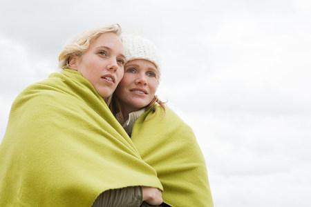relaciones sexuales: Mujeres compartiendo una manta