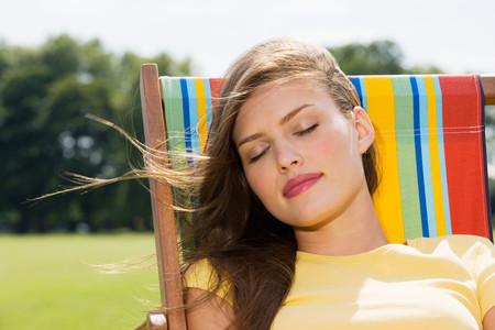 pelo castaño claro: Mujer joven en la tumbona LANG_EVOIMAGES