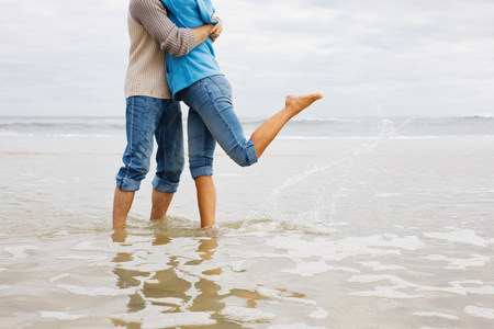 Couple hugging in the sea LANG_EVOIMAGES