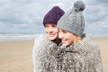 relaciones sexuales: Women sharing a blanket