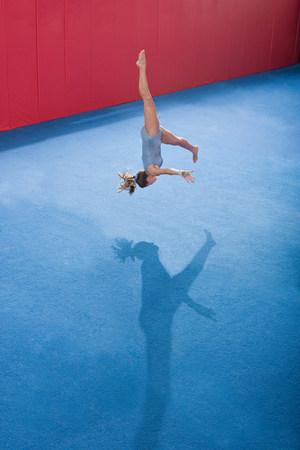 pubertad: Un gimnasta haciendo ejercicios de piso