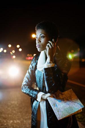 Mujer en el teléfono celular con mapa