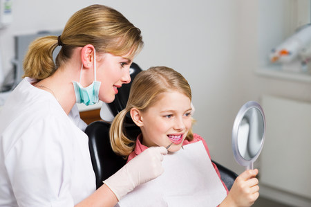 Girl and dentist LANG_EVOIMAGES
