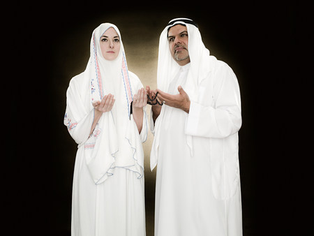 A man and woman holding prayer beads LANG_EVOIMAGES