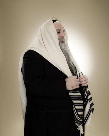 A rabbi wearing a prayer shawl LANG_EVOIMAGES