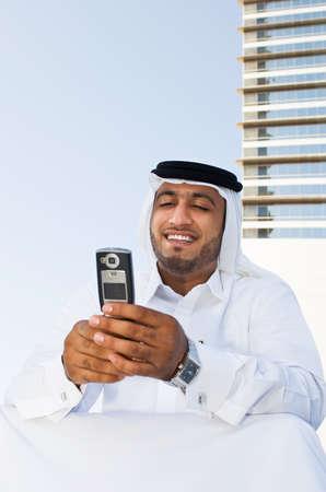 通信: Businessman using a cell phone