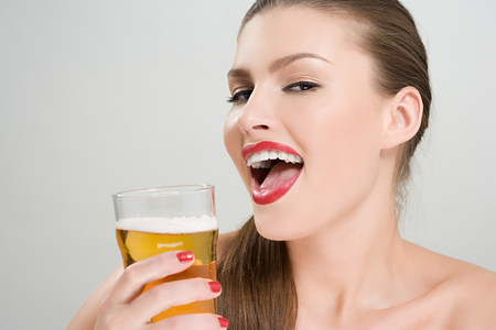 inebriated: Woman drinking a pint of lager LANG_EVOIMAGES