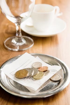 libra esterlina: La cuenta en una mesa