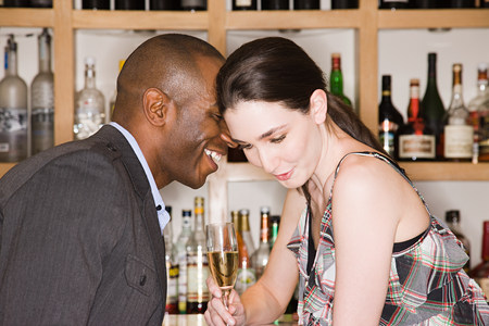 socialise: Young couple in a bar