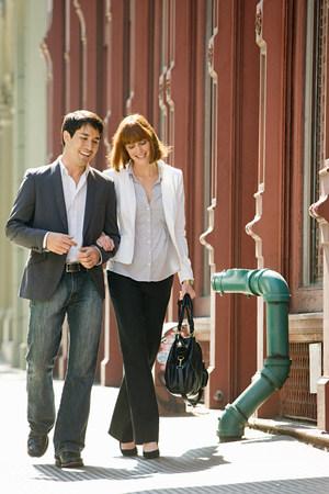 Couple walking together LANG_EVOIMAGES