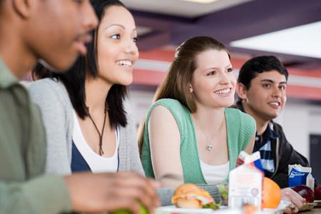comedor escolar: Estudiantes de la escuela almorzando LANG_EVOIMAGES