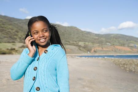 niños platicando: Chica utilizando un teléfono celular