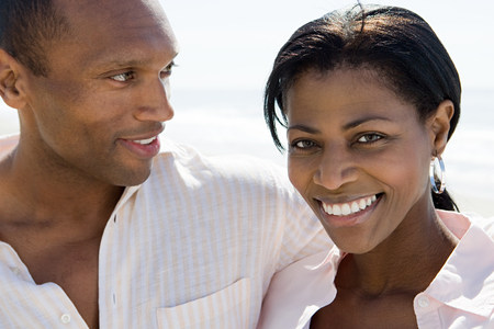 looking at viewer: Smiling african american couple LANG_EVOIMAGES