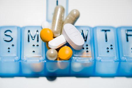 sobredosis: Pillbox con muchas tabletas