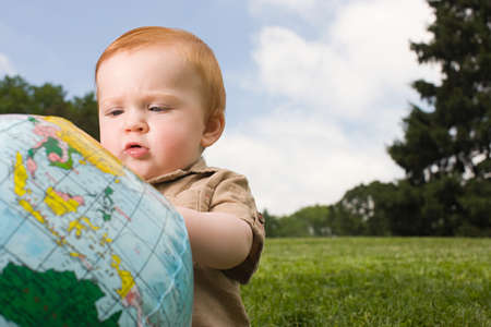 6 12 months: Baby with inflatable globe LANG_EVOIMAGES