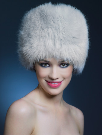 Woman wearing fur hat LANG_EVOIMAGES