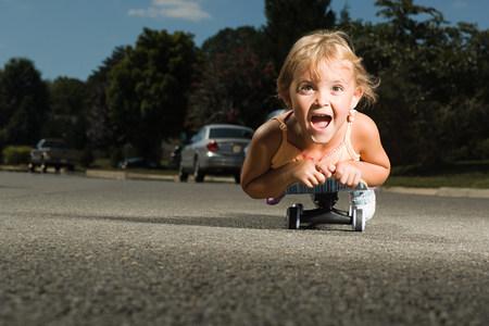 hilarious: Little girl on a skateboard LANG_EVOIMAGES