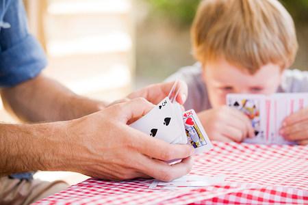 Padre e hijo jugando al juego de cartas
