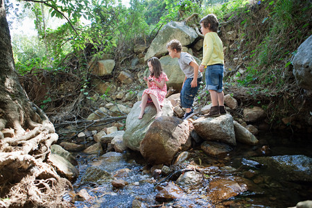 6 7 year old: Children on rocks by river