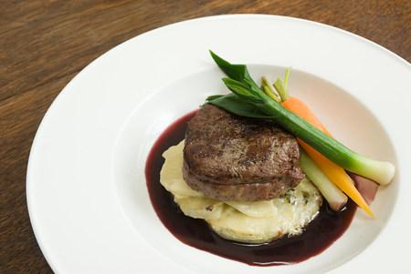 carnes y verduras: Carne de vacuno con patatas y verduras dauphinoise LANG_EVOIMAGES