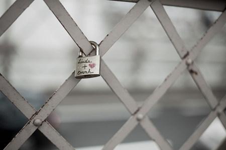 Padlock on fence LANG_EVOIMAGES