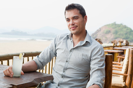 sit down: Hombre en el bar de la playa